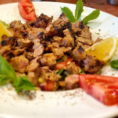 Salat mit Lammfleischtücken